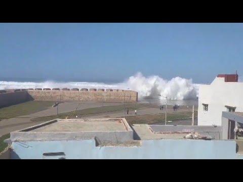 سلمات ميني تسونامي و أمواج عالية تضرب شواطئ مدينة سلا في هذه الأثناء
