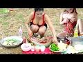 田んぼの上に水のヘビのレシピを作る美しい女の子 - どのようにヘビのスープのカンボジアの料理を調理するnul