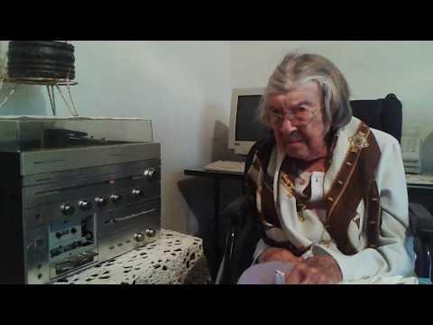 Maria Klassen escutando a radio Super Colombo 1020 am durante sua citação no programa roda de viola.