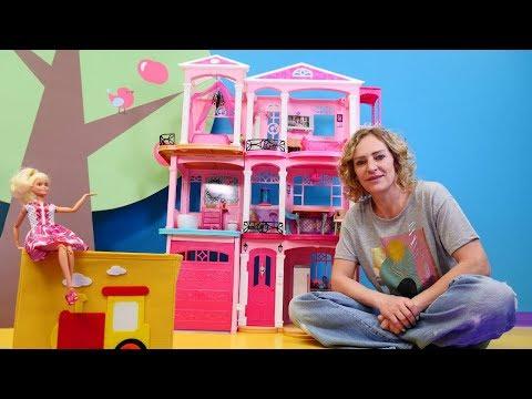 Barbie oyunu. Oyuncak evi düzenliyoruz. Sihirli kutu