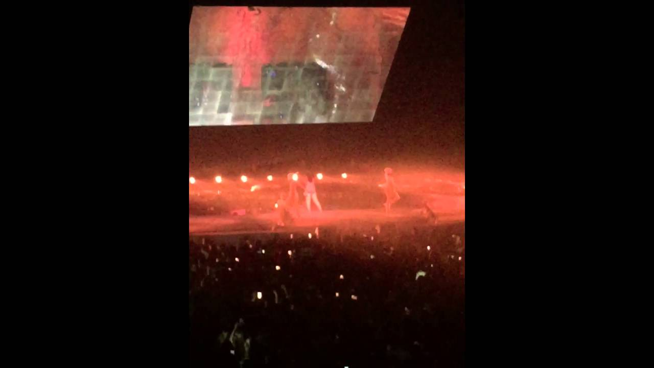 rihanna pour it up anti tour in montreal bell centre. Black Bedroom Furniture Sets. Home Design Ideas
