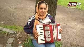 Глухонемая таджичка в Париже играет на гармошке. Невероятно!