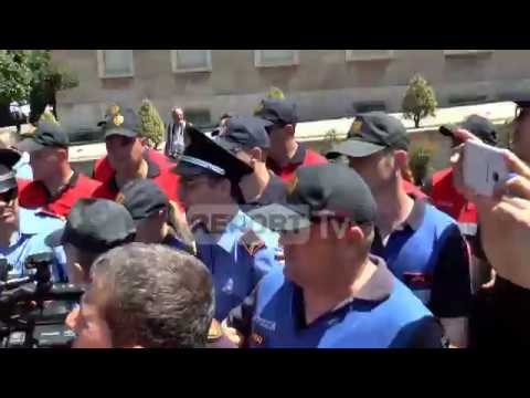 Report TV - Protesta, tensionohet situata para kryeministrisë