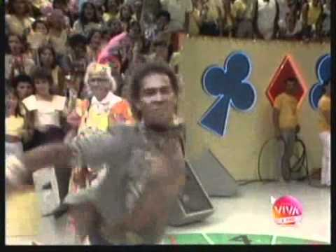 Calouro dançando Pet Shop Boys no Cassino do Chacrinha