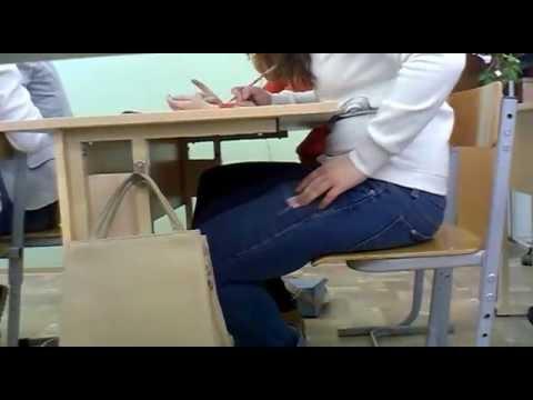гей сосет парням под столом