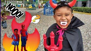 El Hombre araña vs vampiro  ChiniToys Ivan y Heidi  videos para niños