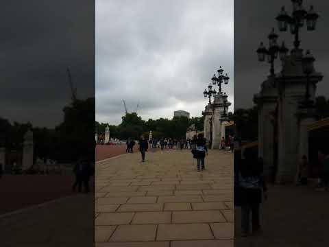 Mama ju di Buckingham Palace.