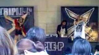 TRIPLE-Pがサンエーメインプレイスでのライブ.