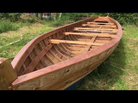 десятивесельная деревянная лодка