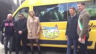 Manila Nazzaro con il cast di Mezzogiorno in Famiglia consegnano lo scuolabus ad Amatrice