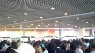 ロシア・ドモジェドヴォ空港 入国審査の長い列(2011.8.15)