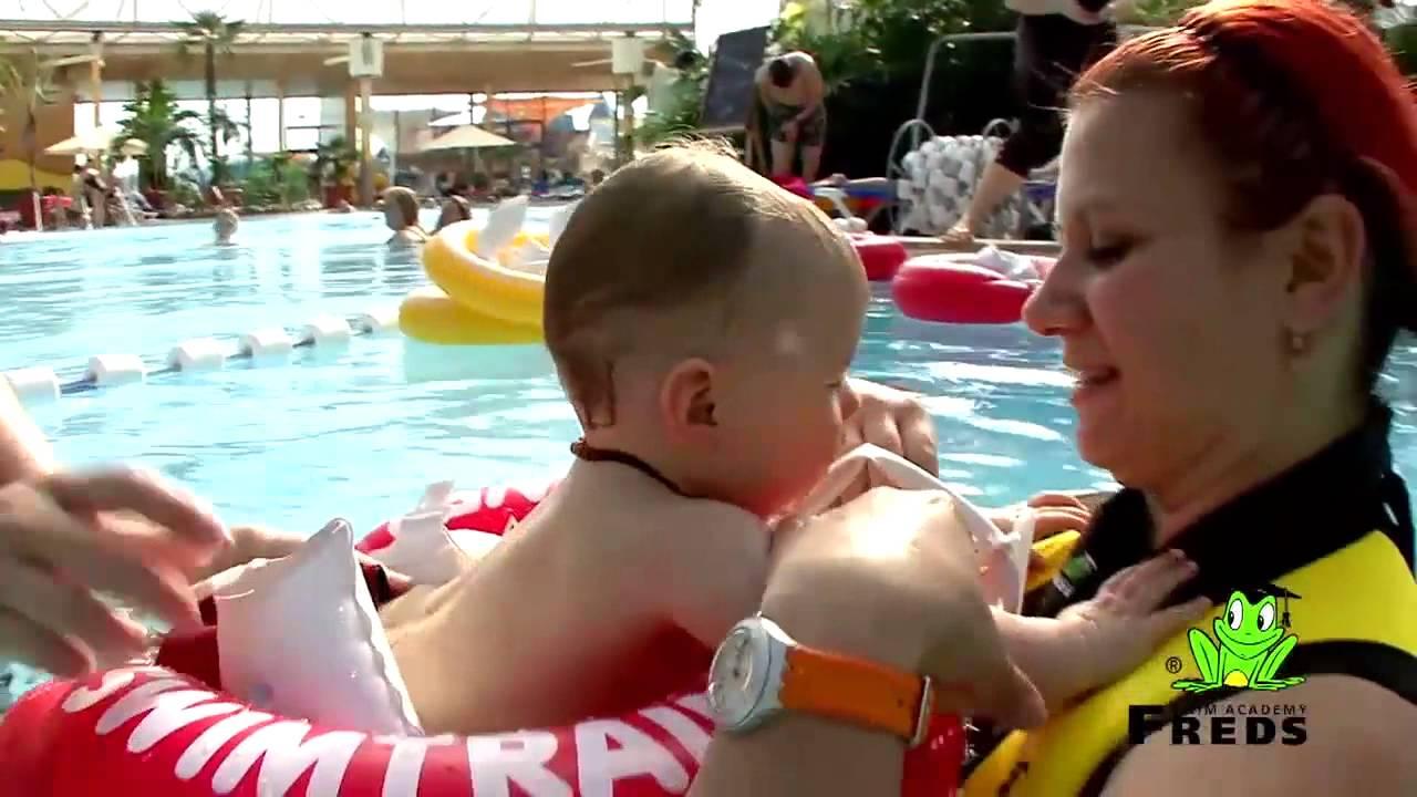 Обучение плаванию малыша с 3 месяцев до 4 лет может начинать с красного круга swimtrainer