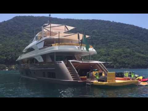 Yacht Luciano Huck em Santa Catarina, Baia dos golfinhos