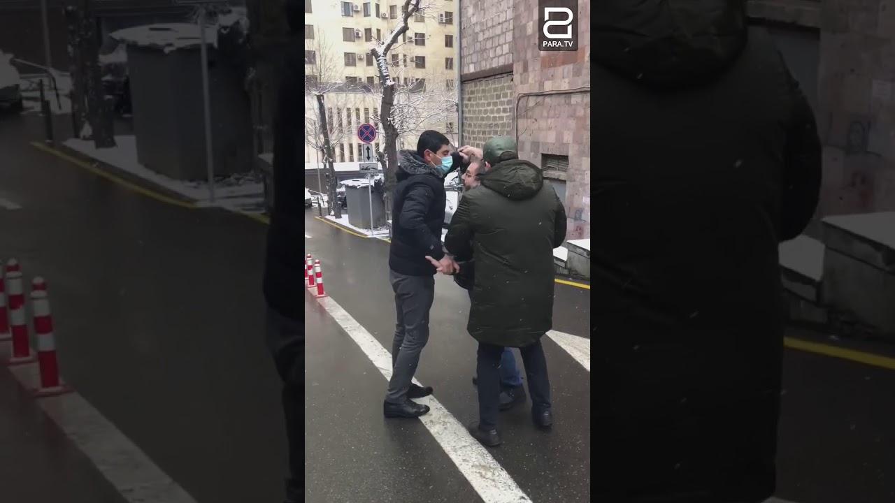 Տեսանյութ.«Ձեռքդ քաշի, կգոռամ». քաղաքացիական հագուստով ոստիկանները Նարեկ Մալյանին բերման ենթարկեցին