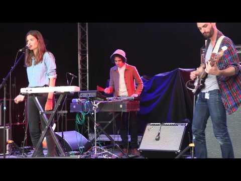 alma jodorowsky des Burning Peacocks joue AVRIL en concert au Musée Picasso