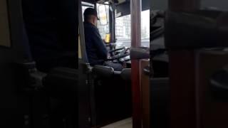 Водитель автобуса играет в нарды
