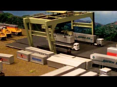 N Scale operational container crane