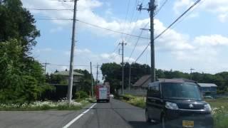火災現場に向けて緊急走行する消防車.