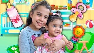 SARAH FINGE ser BABÁ por um dia de UM BEBÊ DE VERDADE | Sarah Pretend to play nanny!!!