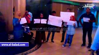بالفيديو.. صحفيو 'التحرير' ينقلون وقفتهم للطابق الثالث بمقر النقابة.. ويستنكرون غياب 'كارم'