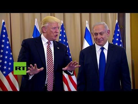 A la 'segunda' va la vencida: Trump da la mano a Netanyahu después de un intento fallido