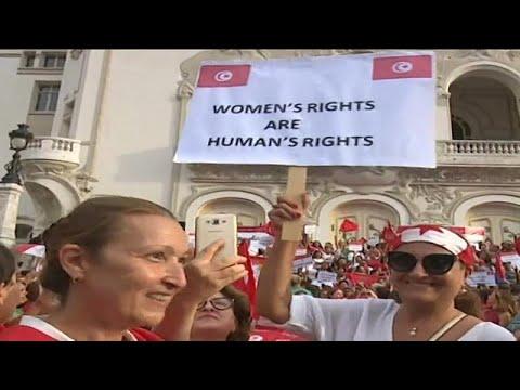 تونسيات يتظاهرن احتجاجا على اقتراح السبسي حول المساواة بالميراث…  - 18:23-2018 / 8 / 14