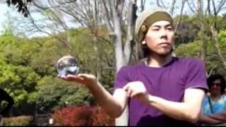Профессионал контактного жонглирования ЖЕСТЬ(Ну это точно не фейк, это нереальное владение руками., 2010-08-29T23:52:27.000Z)