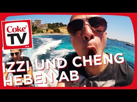 Izzi und Cheng fliegen über das Meer | #CokeTVMoment