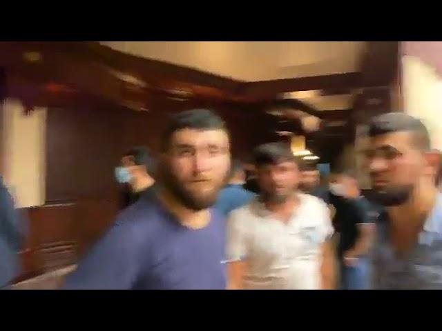 Orduya Dəstək askiyası: Bir qrup şəxs parlament binasına daxil olub - MeydanTV