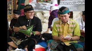 Bupati Badung I Nyoman Giri Prasta menyerahkan bantuan bedah rumah kepada Kabupaten Klungkung