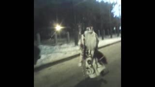 музыкальный Дед Мороз танцует под гармонь