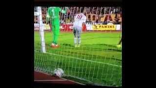 Muslera, ofsayttan gol atan Arda Turan'a tekme atıyor