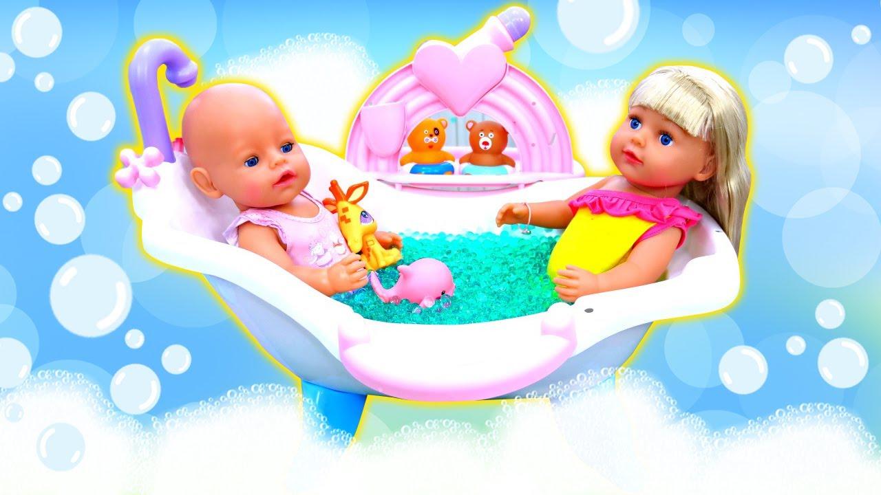 La muñeca bebe Annabelle y su hermanita van a bañarse. Rutina de noche para las muñecas bebé.