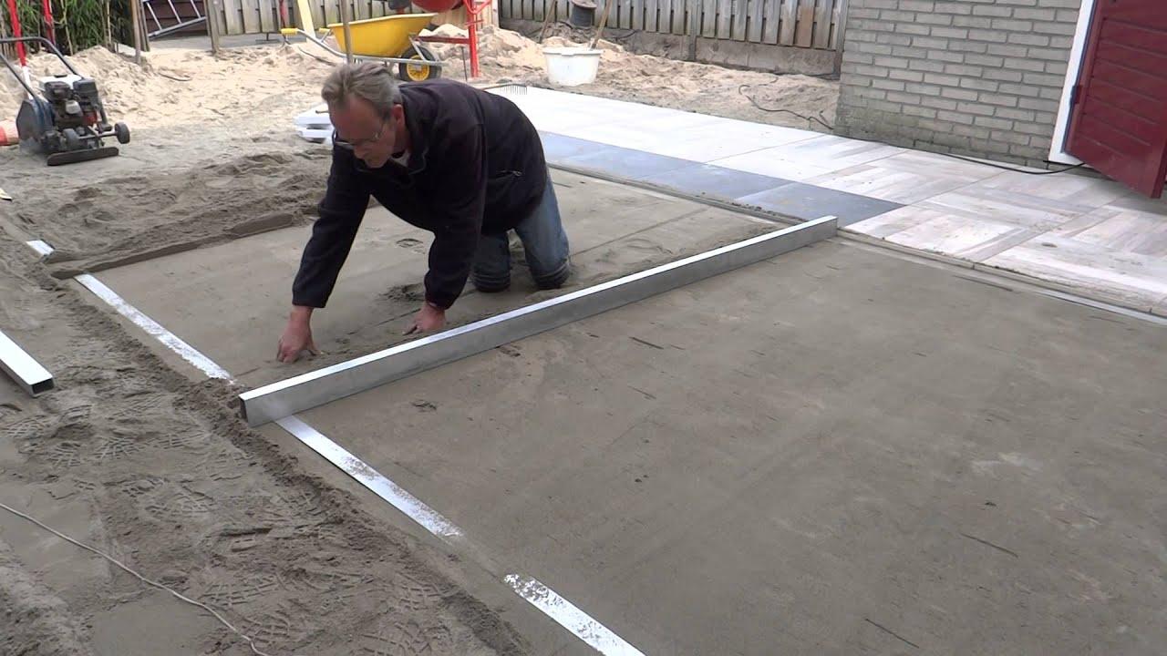Tuinaanleg afrijen voor aanleg terras met keramische tegels 2 youtube - Dek een terras met tegels ...