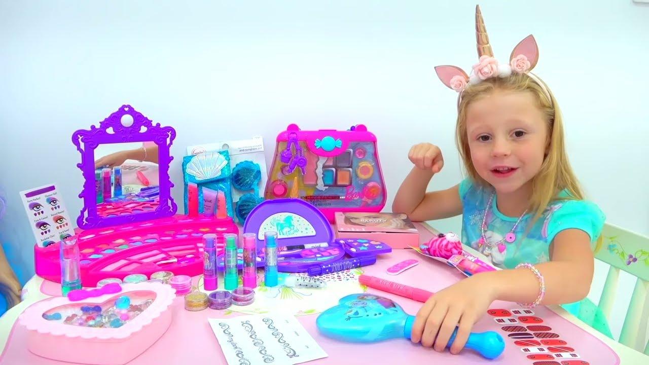Nastya बच्चों के लिए सौंदर्य प्रसाधन का उपयोग करने के सीखता है
