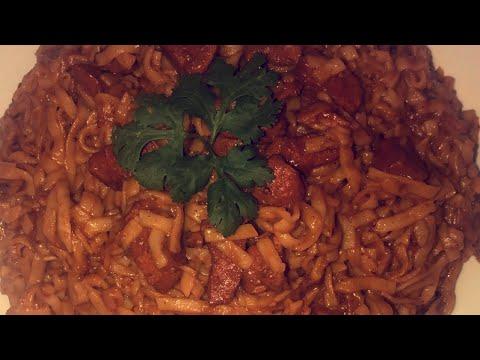 طبق-اسيوي-بالدجاج-nouilles-udon-japonaises-sautè-et-poulet
