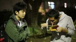 Japanese people eating Swedish Surströmming 日本人はシュールストレミングを食べる