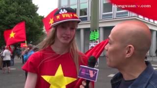 Sửng sốt một cô gái người Đức cực xinh nói tiếng việt tại cuộc biểu tình chống TQ