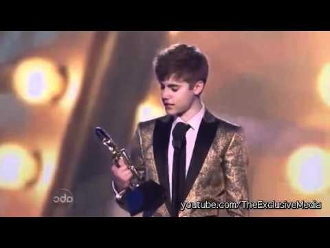 Justin Bieber Kisses Selena Gomez Teen Choice Awards 2011