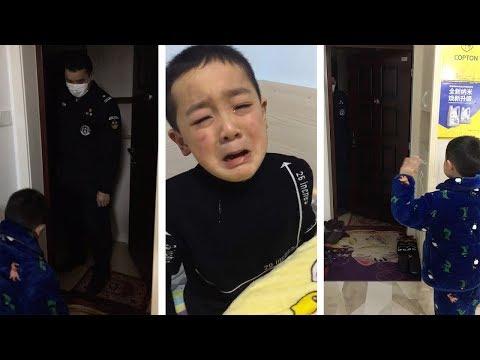 Мальчик плачет после того, как полицейский папа дежурил на фоне вспышки коронавируса