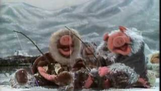 "Muppet Show. Eskimo pigs sing ""Lullaby of Broadway"" (S03E04)"