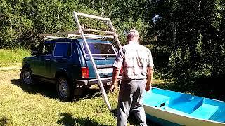 Погрузка лодки на крышу авто.