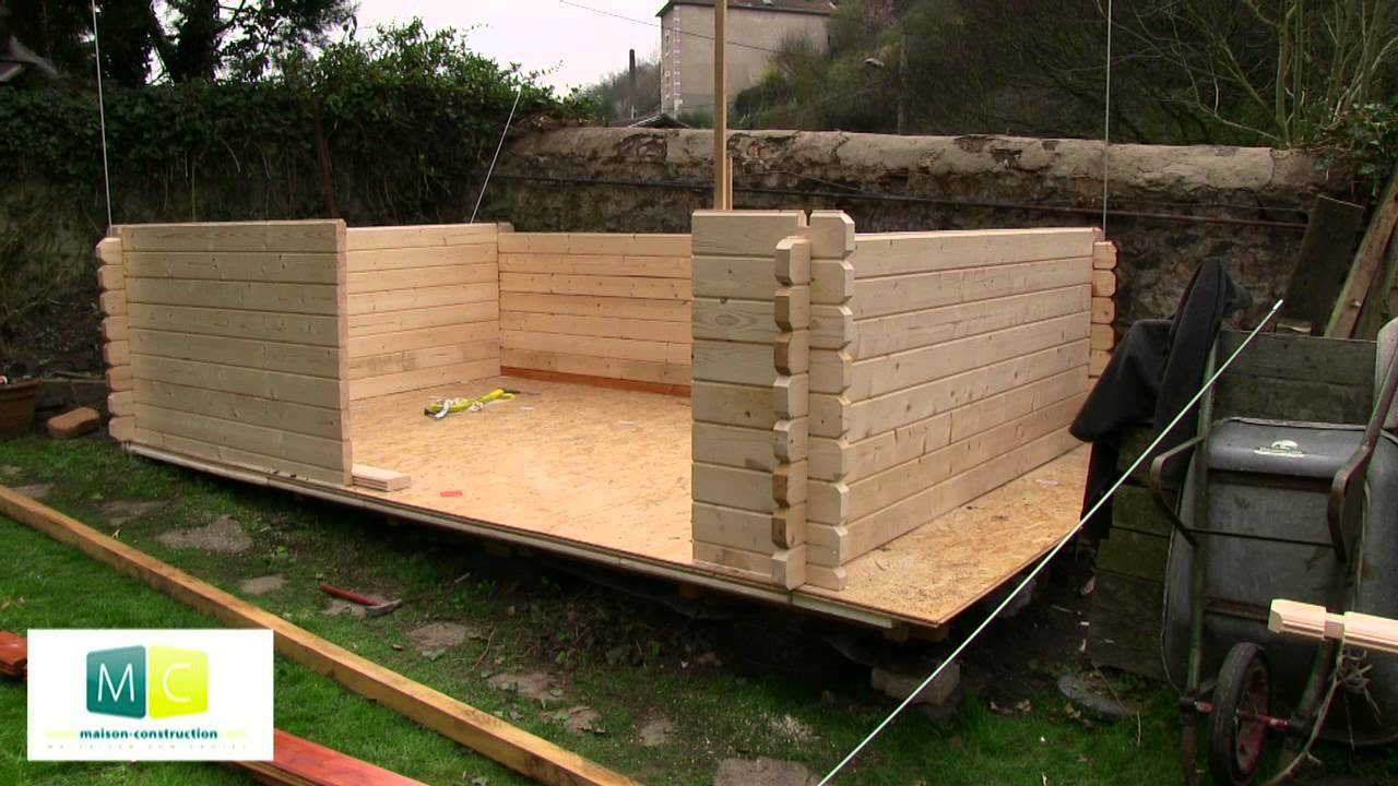 Montage chalet de jardin en bois madriers youtube for Maison armature bois