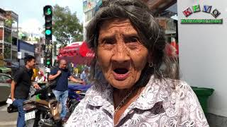 """The """"Weirdest"""" Old Lady Vendor in Saigon rejecting offered money"""