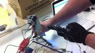 Test d'une commande à distance d'un moteur brushless à l'aide d'un capteur de fléxion dans un gant