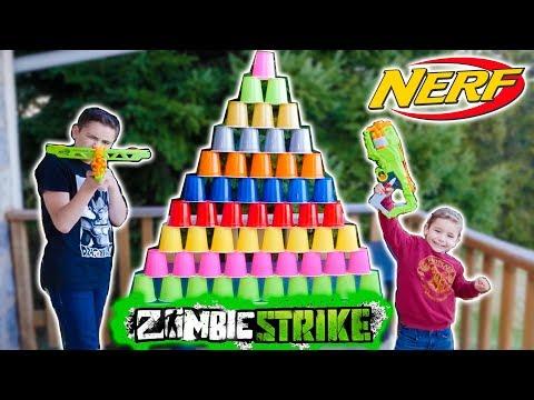NERF CUPS CHALLENGE - Swan VS Néo - Tirer sur des Pyramides Géantes de Gobelets !