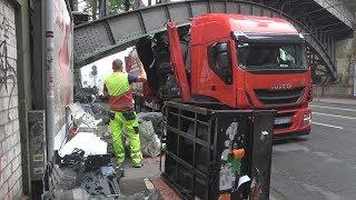 LKW unter Brücke festgefahren - Hoher Sachschaden in Köln-Deutz am 14.05.18