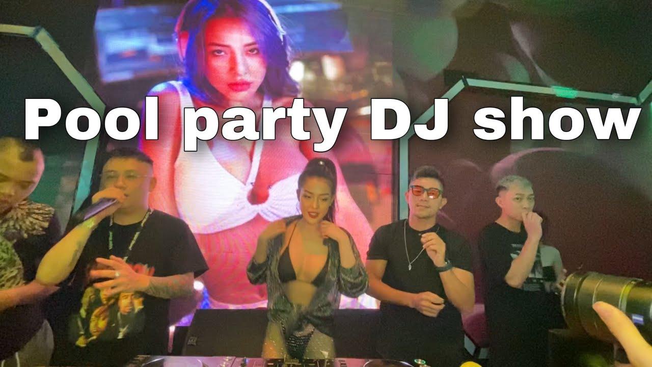 Chơi nhạc cho Pool Party, DJ Ngân 98 như cá gặp nước vì được mặc bikini.