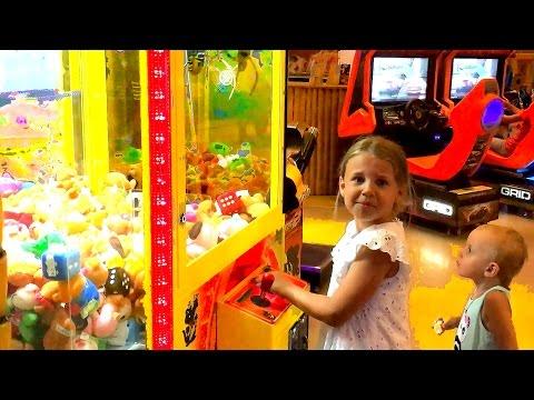 Детские игры. Игровые автоматы в центре развлечений. Ксюша Потоцкая и Алиса. Куда пойти с ребенком.