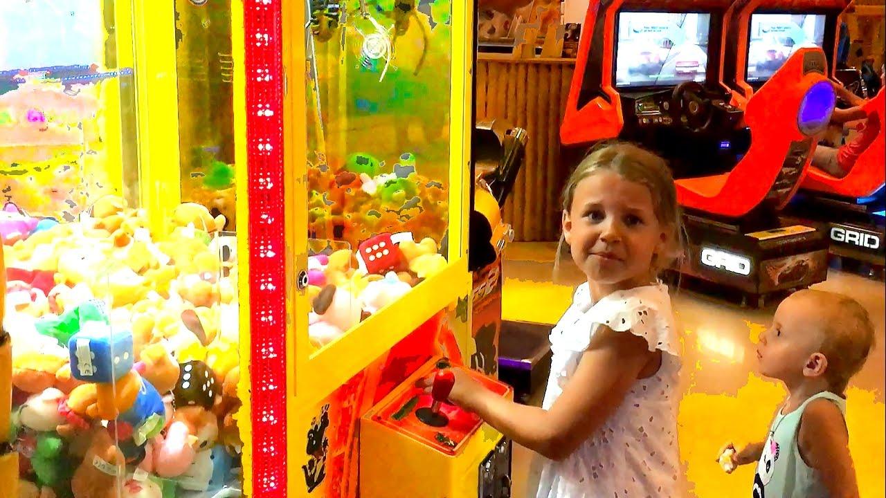 Детские игры. Игровые автоматы в центре развлечений. Ксюша ...